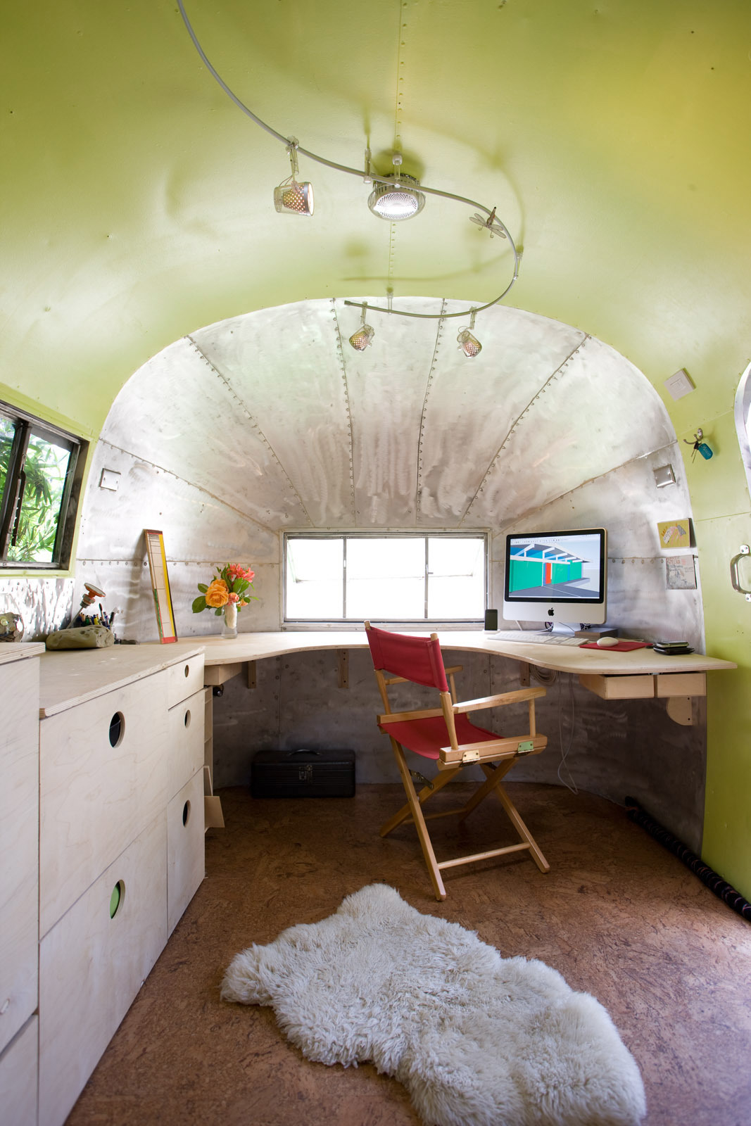 The color choice was well-thought for such a tiny space. Image Source: Dwell