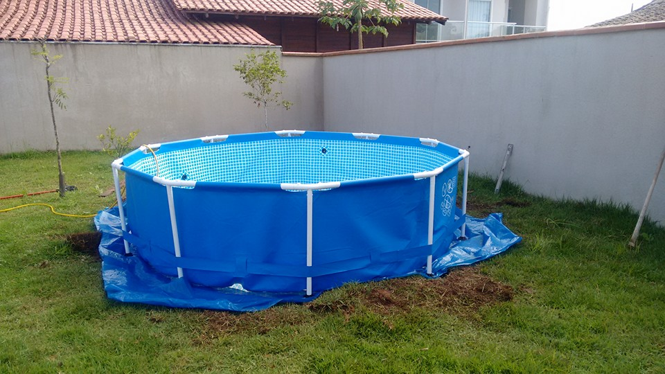 Make your own swimming pool deck out of pallets.