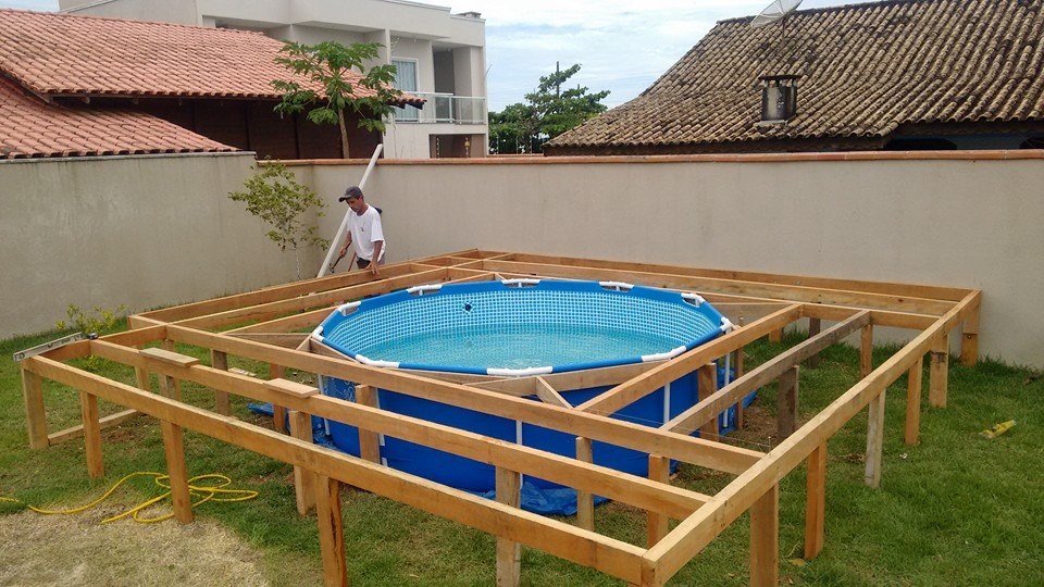 Make your own DIY swimming pool deck out of pallets.