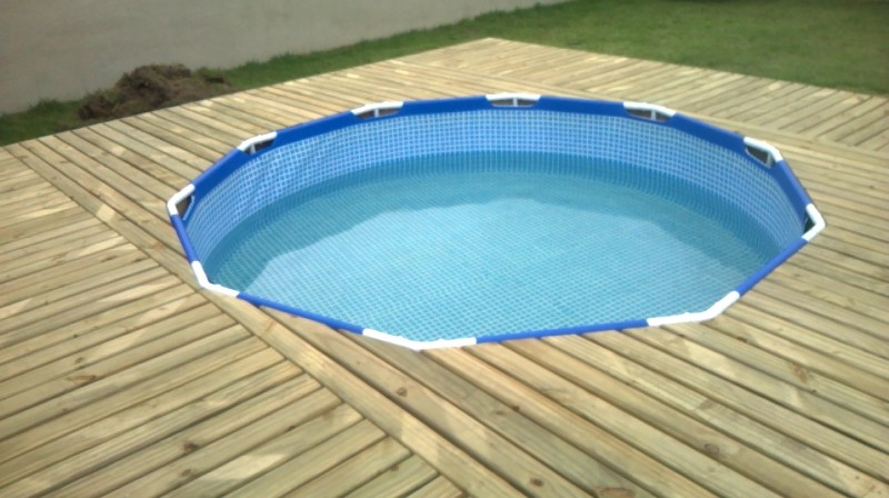 Build your own DIY swimming pool deck out of pallets.