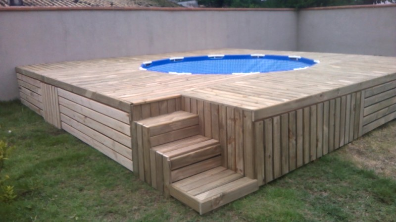 Make your own swimming pool deck out of pallets!
